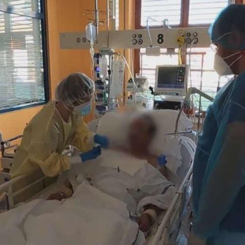 Návštěva covidária: Zdravotníci pod náporem pláčou, přežije jen 40 procent pacientů