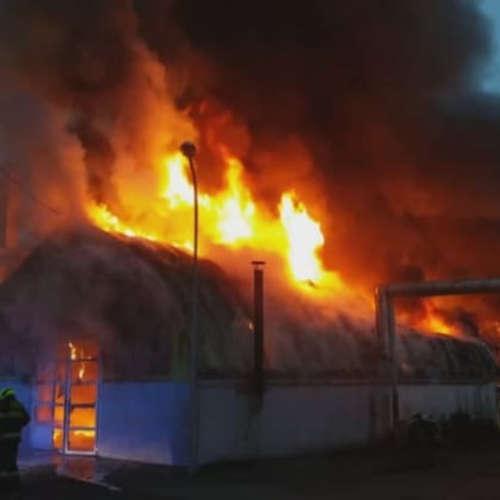 Požár autoservisu v Čakovicích