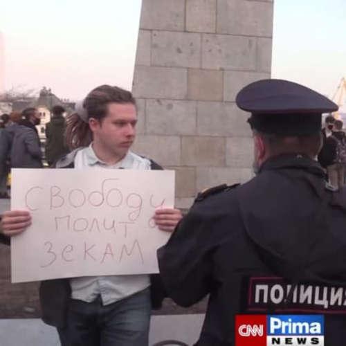 Ruská policie zadržela už více než stovku demonstrantů za Navalného