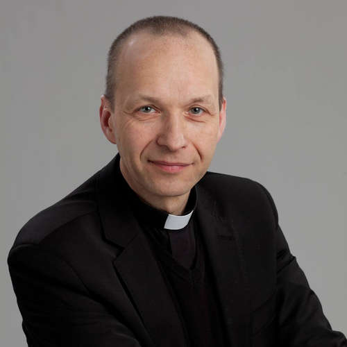 Ruky kňaza pri Otčenáši