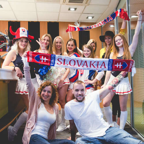 Chodia cheerleaderky z tímu Angels s hokejistami na pivo?