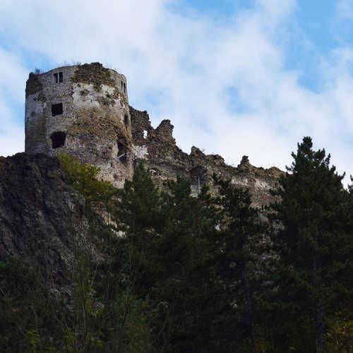 Spoznaj pohronskú hradnú cestu a hrad, ktorý bol postavený pre šaša