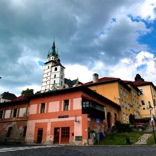 Velestúr a Kremnica. Čo je vyryté na skale v Kremnických vrchoch? (Výlety po Slovensku s One2We)