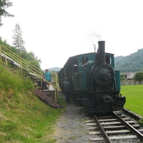 Svetová atrakcia ukrytá na Slovensku. Parný vlak tu jazdí priamo cez futbalové ihrisko